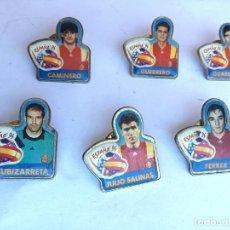 Coleccionismo deportivo: LOTE 6 PINS JUGADORES DE FUTBOL SELECCION ESPAÑA MUNDIAL ESTADOS UNIDOS 1994 PUBLICIDAD CHAMBOURCY. Lote 240935730