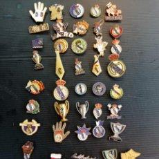 Collezionismo sportivo: LOTAZO DE 45 ANTIGUOS PINS DEL REAL MADRID. Lote 242310775