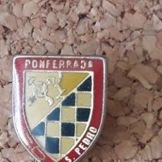 Coleccionismo deportivo: INSIGNIA ESCUDO C.D. S. PEDRO PONFERRADA. Lote 243080780
