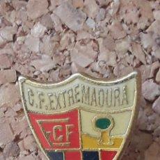 Coleccionismo deportivo: INSIGNIA ESCUDO C.F. EXTREMADURA. Lote 243085260
