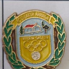Coleccionismo deportivo: PINS DE FÚTBOL CD LAKUA ARRIAGA. VITORIA GASTEIZ. Lote 243180810