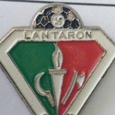 Coleccionismo deportivo: PINS DE FÚTBOL CD LANTARON. ALAVA. Lote 243181035