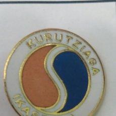 Coleccionismo deportivo: PINS DE FÚTBOL KURUTZIAGA IKASTOLA. VIZVAYA. Lote 243182760