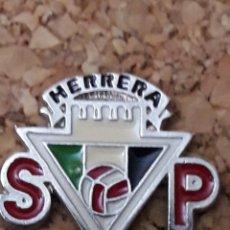 Coleccionismo deportivo: INSIGNIA ESCUDO S.P. HERRERA. Lote 244449250