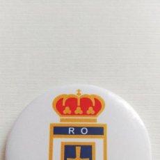 Coleccionismo deportivo: CHAPA DEL REAL OVIEDO - IMAN DE 58MM. Lote 244803400