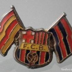 Coleccionismo deportivo: PIN F.C. BARCELONA - CON LAS BANDERAS SENYERA Y BLAUGRANA - AÑO 1975. Lote 245988110