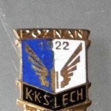 Coleccionismo deportivo: ANTIGUO PIN INSIGNIA DE ALFILER DEL CLUB POLACO KKS LECH POZNAN 1922 (CRACOVIA). Lote 246000415