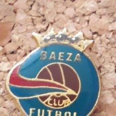 Coleccionismo deportivo: INSIGNIA ESCUDO CLUB FUTBOL BAEZA. Lote 246012390