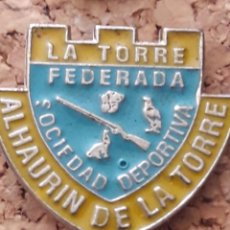 Coleccionismo deportivo: INSIGNIA ESCUDO SOCIEDAD DEPORTIVA ALHAURIN DE LA TORRE. Lote 246012520