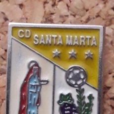Coleccionismo deportivo: INSIGNIA ESCUDO C.D. SANTA MARTA. Lote 246015125