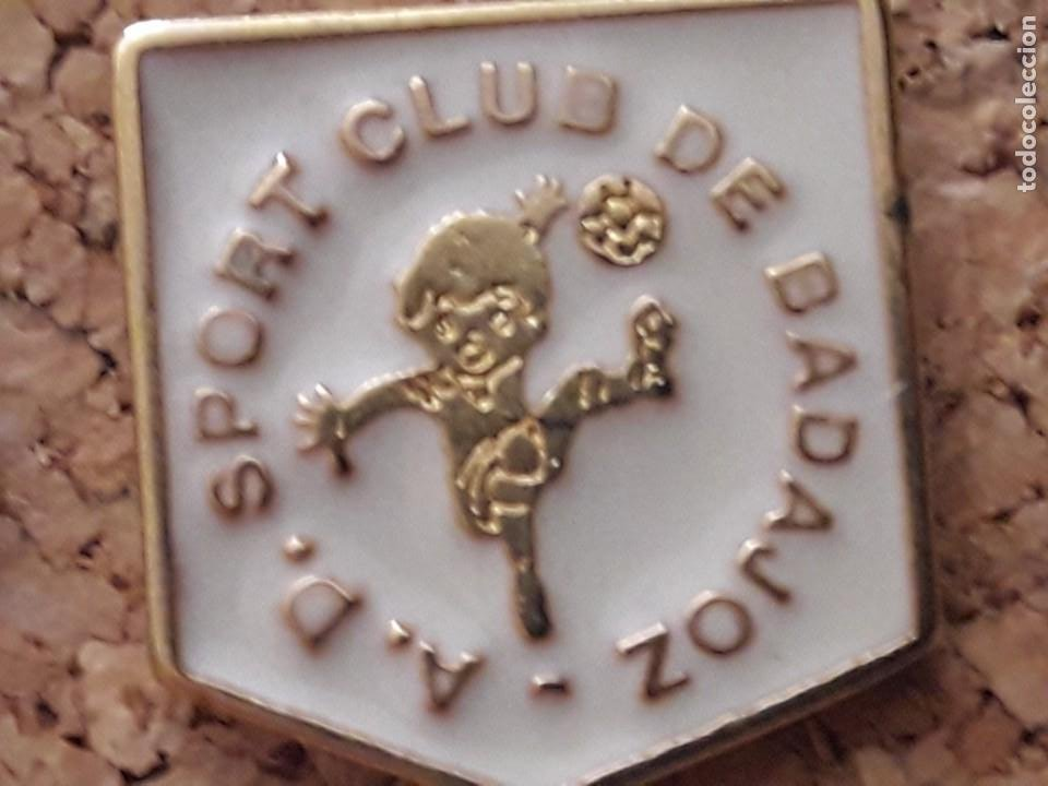 INSIGNIA ESCUDO A.D. SPORT CLUB DE BADAJOZ (Coleccionismo Deportivo - Pins de Deportes - Fútbol)