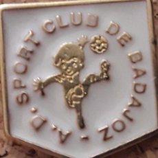 Coleccionismo deportivo: INSIGNIA ESCUDO A.D. SPORT CLUB DE BADAJOZ. Lote 246015295