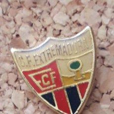 Coleccionismo deportivo: INSIGNIA ESCUDO C.F. EXTREMADURA. Lote 246015885