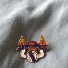 Coleccionismo deportivo: PIN FÚTBOL EQUIPO REAL MADRID BADGE. Lote 246034145