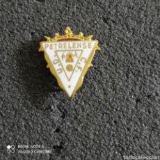 Coleccionismo deportivo: PIN U.D. PETRELENSE C.F. - PETREL (ALICANTE). Lote 246097235