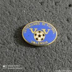 Coleccionismo deportivo: PIN VETERANOS DE FUTBOL VALENCIA - VALENCIA. Lote 246099185