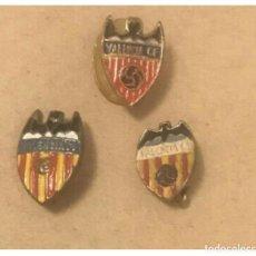 Coleccionismo deportivo: LOTE 3 INSIGNIA PINS FUTBOL CLUB VALENCIA DISTINTAS EPOCAS. Lote 250291130
