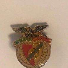 Coleccionismo deportivo: PIN CLUB DE FUTBOL SPORT LISBOA E BENFICA (PORTUGAL). Lote 251857880