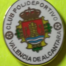 Collezionismo sportivo: PIN FÚTBOL, C.P. VALENCIA DE ALCÁNTARA. Lote 253799815