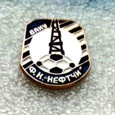 Coleccionismo deportivo: INSIGNIA EQUIPO DE FÚTBOL - 1980 AÑOS - NEFTCHI BAKU - USSR (AZERBAIJAN REPUBLIC).. Lote 253913610