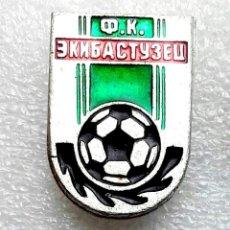 Coleccionismo deportivo: INSIGNIA EQUIPO DE FÚTBOL - 1990 AÑOS - EKIBASTUZETS F.C. - KAZAKHSTAN.. Lote 253916230