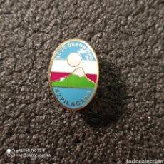 Coleccionismo deportivo: PIN C.D. AZPILAGAÑA - PAMPLONA (NAVARRA). Lote 253936820
