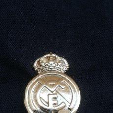 Coleccionismo deportivo: PINS DORADO R. MADRID INSIGNIA DEPORTE FUTBOL. Lote 254801410