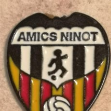 Coleccionismo deportivo: PIN FUTBOL - VALENCIA - AMICS NINOT. Lote 254856910