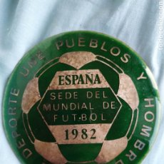Coleccionismo deportivo: PLACA MUNDIAL FUTBOL ESPAÑA 1982 EL DEPORTE UNE PUEBLOS Y HOMBRES WORLD CHAMPIONSHIP FOOTBALL NO PIN. Lote 256047195