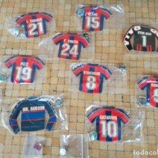 Coleccionismo deportivo: COLECCION DE 12 PINS DEL FUTBOL CLUB BARCELONA Y PEGATINAS DE LAS CAMISETAS JUGADORES DEL BARÇA. Lote 257906650