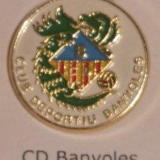Colecionismo desportivo: PIN FUTBOL - GIRONA - BANYOLES - CD BANYOLES. Lote 260304985