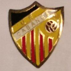 Coleccionismo deportivo: PIN FUTBOL - GIRONA - CABANES - UE CABANES. Lote 260620240