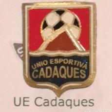 Coleccionismo deportivo: PIN FUTBOL - GIRONA - CADAQUES - UE CADAQUES. Lote 260620275
