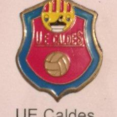 Coleccionismo deportivo: PIN FUTBOL - GIRONA - CALDES DE MALAVELLA - UE CALDES. Lote 260620370