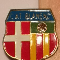 Coleccionismo deportivo: PIN FUTBOL - GIRONA - BLANES - C. ATL BLANENC - SOLAPA. Lote 260620755