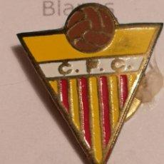 Coleccionismo deportivo: PIN FUTBOL - GIRONA - CAMALLERA - CF CAMALLERA - SOLAPA. Lote 260696995