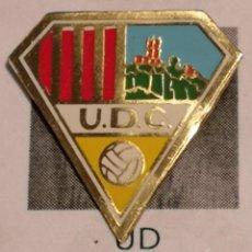 Coleccionismo deportivo: PIN FUTBOL - GIRONA - CAMPDEVANOL UD CAMPDEVANOL. Lote 260698100