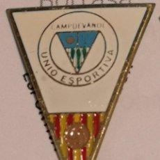 Coleccionismo deportivo: PIN FUTBOL - GIRONA - CAMPDEVANOL UE CAMPDEVANOL. Lote 260698395