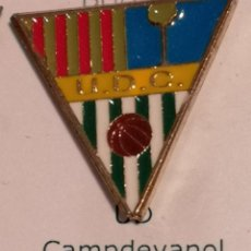 Coleccionismo deportivo: PIN FUTBOL - GIRONA - CAMPDEVANOL UD CAMPDEVANOL. Lote 260698895