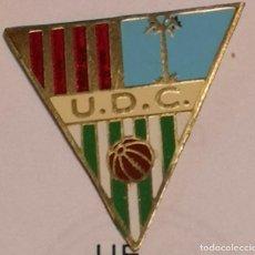 Coleccionismo deportivo: PIN FUTBOL - GIRONA - CAMPDEVANOL UD CAMPDEVANOL. Lote 260699080