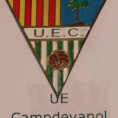 Coleccionismo deportivo: PIN FUTBOL - GIRONA - CAMPDEVANOL UE CAMPDEVANOL. Lote 260699455