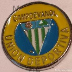 Coleccionismo deportivo: PIN FUTBOL - GIRONA - CAMPDEVANOL UD CAMPDEVANOL. Lote 260699780