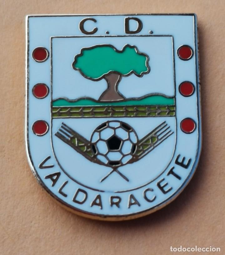 PIN DE FÚTBOL... C. D. VALDERACETE. MADRID (Coleccionismo Deportivo - Pins de Deportes - Fútbol)