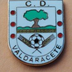 Coleccionismo deportivo: PIN DE FÚTBOL... C. D. VALDERACETE. MADRID. Lote 261211345