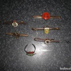 Coleccionismo deportivo: LOTE 5 PISACORBATAS ESCUDOS FÚTBOL + ANILLO (VER FOTOS). Lote 261690715