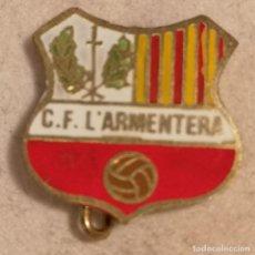 Coleccionismo deportivo: PIN FUTBOL - GIRONA - L'ARMENTERA - CF L'ARMENTERA - AGUJA. Lote 262020455