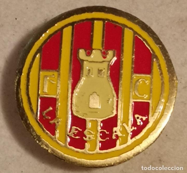 PIN FUTBOL - GIRONA - L'ESCALA - FC LA ESCALA - SOLAPA (Coleccionismo Deportivo - Pins de Deportes - Fútbol)
