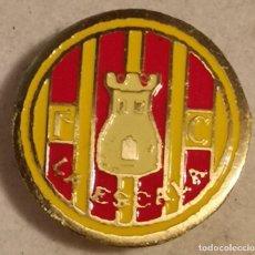 Coleccionismo deportivo: PIN FUTBOL - GIRONA - L'ESCALA - FC LA ESCALA - SOLAPA. Lote 262020810