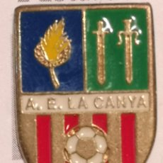 Coleccionismo deportivo: PIN FUTBOL - GIRONA - LA CANYA - AE LA CANYA. Lote 262021485