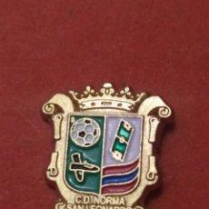 Coleccionismo deportivo: PINS DE FÚTBOL OFICIAL. CD NORMAL SAN LEONARDO SORIA CASTILLA Y LEÓN. Lote 262053905